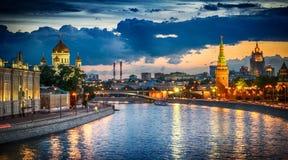 Ryssland, Moskva, nattsikt av floden och Kreml Fotografering för Bildbyråer