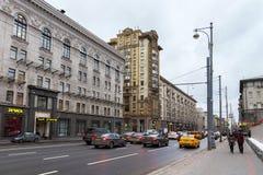 RYSSLAND MOSKVA - NOVEMBER 08, 2016: Historiska byggnader på den första Tverskaya-Yamskaya gatan i Moskva Arkivfoto