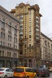RYSSLAND MOSKVA - NOVEMBER 08, 2016: Historiska byggnader på den första Tverskaya-Yamskaya gatan i Moskva Royaltyfri Foto