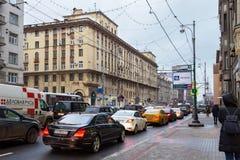 RYSSLAND MOSKVA - NOVEMBER 08, 2016: Historiska byggnader på den första Tverskaya-Yamskaya gatan i Moskva Arkivbild