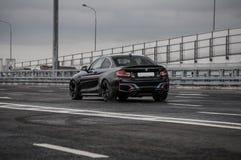 RYSSLAND MOSKVA - SEPTEMBER 24, 2016 BMW M2 sportbil med kapacitetspacken, framdel-sida sikt Fotografering för Bildbyråer