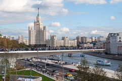 RYSSLAND MOSKVA - SEPTEMBER 16, 2017: Den nya bron över den Moskva flodPoryachiy bron i Zaryadye parkerar i Moskva i Ryssland Royaltyfri Foto