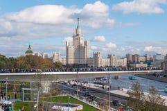 RYSSLAND MOSKVA - SEPTEMBER 16, 2017: Den nya bron över den Moskva flodPoryachiy bron i Zaryadye parkerar i Moskva i Ryssland Arkivbild