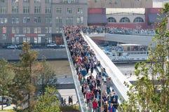 RYSSLAND MOSKVA - SEPTEMBER 16, 2017: Den nya bron över den Moskva flodPoryachiy bron i Zaryadye parkerar i Moskva i Ryssland Arkivbilder