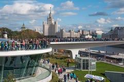 RYSSLAND MOSKVA - SEPTEMBER 16, 2017: Den nya bron över den Moskva flodPoryachiy bron i Zaryadye parkerar i Moskva i Ryssland Royaltyfri Bild