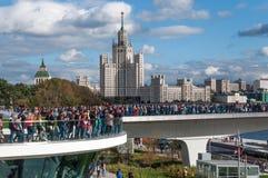RYSSLAND MOSKVA - SEPTEMBER 16, 2017: Den nya bron över den Moskva flodPoryachiy bron i Zaryadye parkerar i Moskva i Ryssland Royaltyfria Bilder