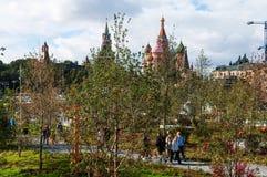 RYSSLAND MOSKVA - SEPTEMBER 16, 2017: Den ursnygga sikten på Kreml från nya och moderna Zaryadye parkerar i Moskva Arkivfoto
