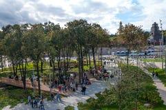 RYSSLAND MOSKVA - SEPTEMBER 16, 2017: Den ursnygga sikten på Kreml från nya och moderna Zaryadye parkerar i Moskva Royaltyfri Foto