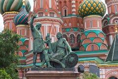 Ryssland, Moskva, St-basilika domkyrka och monument till Minin och Pozharsky Royaltyfria Bilder