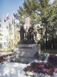 Ryssland Murmansk - Augusti 28, 2018: monumentet till gränsvakterna av arktisken i parkera arkivfoto