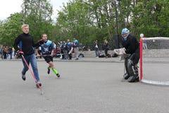 Ryssland Murmansk-Juni 24, 2018: beröm av ungdomdagen i Ryssland, ungdom spelar hockey arkivbilder