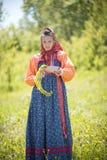 RYSSLAND Nikolskoe by, republik av Tatarstan 25-05-2019: En ung kvinna i traditionell rysskl?der som g?r arkivbild