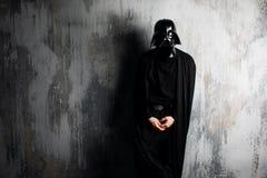 Ryssland Nizhni Novgorod - Februari 4, 2019: man i en Darth Vader dräkt stjärnan kriger Hjälm av den Darth Vader dräktkopian royaltyfri foto