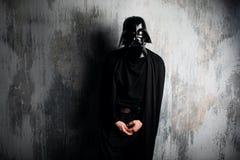 Ryssland Nizhni Novgorod - Februari 4, 2019: man i en Darth Vader dräkt stjärnan kriger Hjälm av den Darth Vader dräktkopian arkivbilder