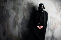 Ryssland Nizhni Novgorod - Februari 4, 2019: man i en Darth Vader dräkt stjärnan kriger Hjälm av den Darth Vader dräktkopian royaltyfri bild