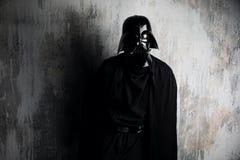 Ryssland Nizhni Novgorod - Februari 4, 2019: man i en Darth Vader dräkt stjärnan kriger Hjälm av den Darth Vader dräktkopian fotografering för bildbyråer