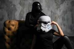 Ryssland Nizhni Novgorod - Februari 4, 2019: man i en Darth Vader dräkt stjärnan kriger Hjälm av den Darth Vader dräktkopian royaltyfri fotografi