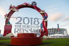 Ryssland Nizhny Novgorod - Juni 13, 2018: Inskrift som tajmas till den FIFA världscupen 2018 mot bakgrunden av stadion fotografering för bildbyråer