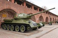 RYSSLAND - NIZHNY NOVGOROD 4 MAJ: (T-34-85) behållare T-34 En utställning Royaltyfri Bild