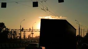 Ryssland Novosibirsk, 2016: Biltrafikstockning på huvudvägen på solnedgången Arkivbild