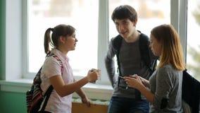 Ryssland Novosibirsk, 2015: högstadiumstudentsamtal arkivfilmer