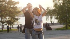 Ryssland Novosibirsk, 21 kan 2017 Stadsfestivalfolket tycker om att dansa i parkera på sommartid under härlig solnedgång Royaltyfria Bilder