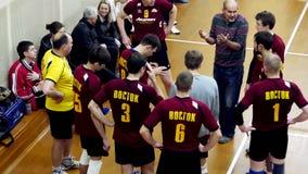 Ryssland Novosibirsk 21 oktober 2015 Lagledaren säger hans lag hur man spelar leken i volleyboll Överkant av sikten 4K arkivfilmer