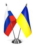 Ryssland och Ukraina - miniatyrflaggor Royaltyfri Fotografi