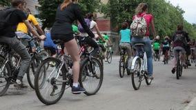 RYSSLAND OREL - 31 MAJ 2014: Dag av cykeln Den enorma grupp människor rider cykeln lager videofilmer