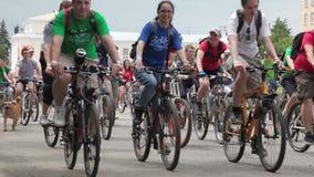 RYSSLAND OREL - 31 MAJ 2014: Dag av cykeln Den enorma grupp människor rider en cykel Tid schackningsperiod stock video