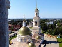 Ryssland ortodox arkitektur Spaso-Preobrazhensky domkyrkakyrka och lutande klockstapel i Nevyansk, Sverdlovsk region Fotografering för Bildbyråer