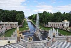 Ryssland Peterhof Allmän sikt av gränden av springbrunnar och havskanalen från den storslagna kaskaden arkivfoto