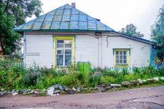 Ryssland republik av Karelia, Augusti 2016: Gammalt trähus Fotografering för Bildbyråer