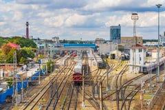 Ryssland Rostov On Don, September 26, 2018: Drev på järnvägsspår på stadsdrevstationen royaltyfria bilder