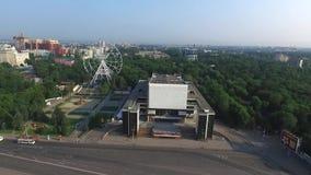 Ryssland Rostov-On-Don Teaterfyrkanten, den Gorky teatern, och parkerar av den Oktober revolutionen stock video