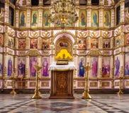 Ryssland Ryazan 8 Februari 2019 - inre av den ortodoxa kyrkan, altare, iconostasis, i naturligt ljus royaltyfria foton