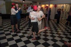 Ryssland Ryazan - 20 Februari 2017 - några lyckliga par som dansar tango, i att dansa studion arkivbild