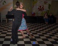 Ryssland Ryazan - 17 Mars 2018 - lyckliga par som dansar tango, i att dansa studion royaltyfria bilder