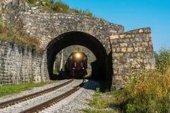 Ryssland September 15, det turist- drevet rider till och med tunnelen på denBaikal järnvägen Royaltyfri Foto