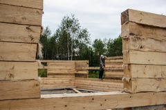 Ryssland Siberiya - 1 09 2013: Arbetare bygger ett hus royaltyfri bild