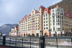 Ryssland - skidar den guld- tulpan för det Kurortny hotellet semesterorten Rosa Khutor i Sochi Royaltyfri Foto