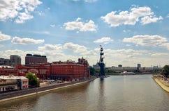 Ryssland Skulptur av Peter 1 på Moskvaflodskulptören Zurab Tsereteli 20 Juni 2016 Royaltyfri Fotografi