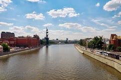 Ryssland Skulptur av Peter 1 på Moskvaflodskulptören Zurab Tsereteli 20 Juni 2016 Royaltyfri Foto