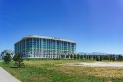 Ryssland Sochi - Juni 05 2017: Olympisk aveny och byggnaden av en modern dag för hotellTulip Inn Sunny sommar Arkivfoton