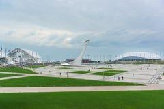 Ryssland Sochi - Juni 10 2017: Olympiskt parkera stolpe-OS:en legaten i den kust- klungaImereti låglandet av Sochi Arkivbilder