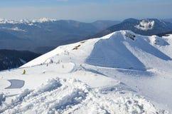 Ryssland Sochi, lutningarna av skidasemesterorten Rosa Khutor Arkivfoto