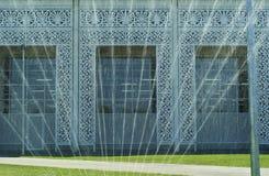 RYSSLAND SOCHY - SEPTEMBER 2017 Sikt till och med springbrunnen på fasaden av Sochien Automuseum Royaltyfri Fotografi