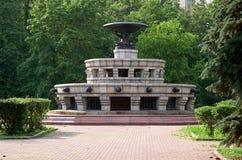 Ryssland Springbrunn nära byggnaden av Moskvadelstatsuniversitetet på Vorobyovy kullar i Moskva 20 Juni 2016 Royaltyfri Bild