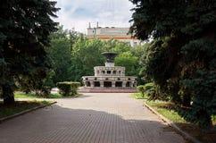 Ryssland Springbrunnen på byggnaden av Moskvadelstatsuniversitetet på Vorobyovy kullar i Moskva Royaltyfria Bilder