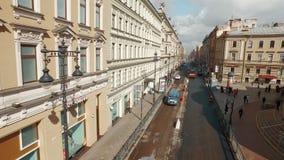 RYSSLAND ST PETERBURG-, 22 APRIL: flyg- sikt av av den europeiska gatan för stadsmitt lager videofilmer